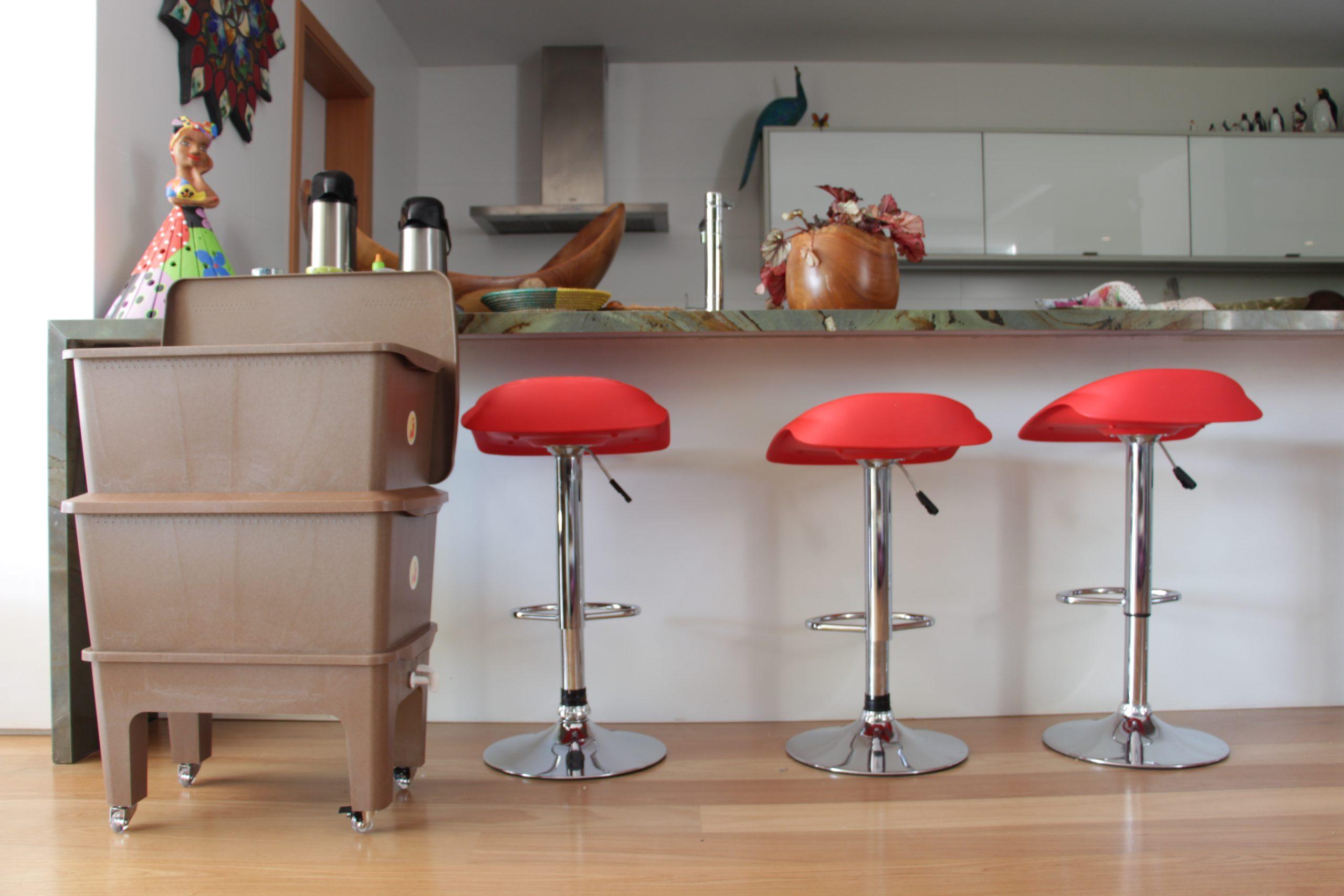 Composteira Humi Marrom no balcão de cozinha