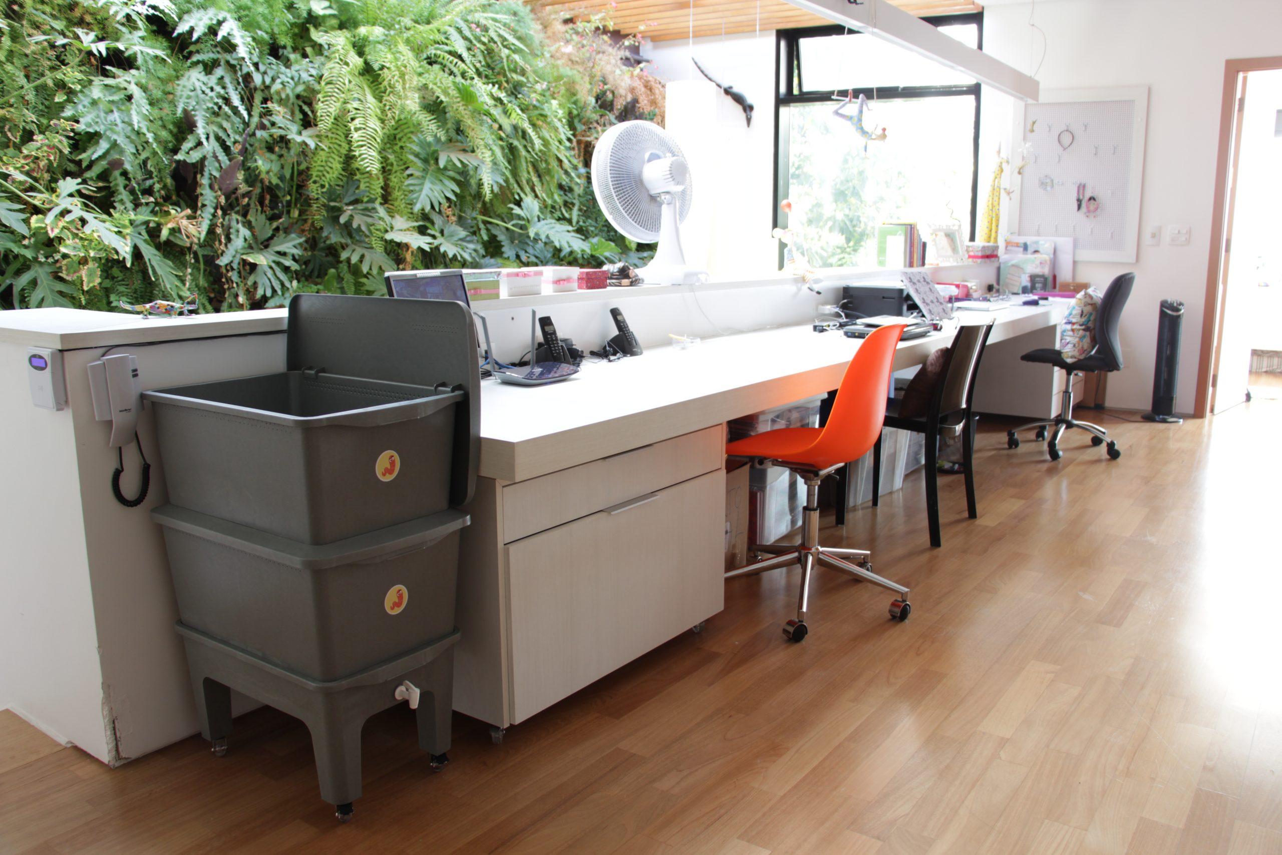 Composteira Humi Cinza no escritório